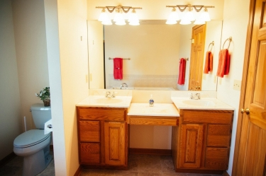 One of the 5 bathrooms available in Luxury cabin house