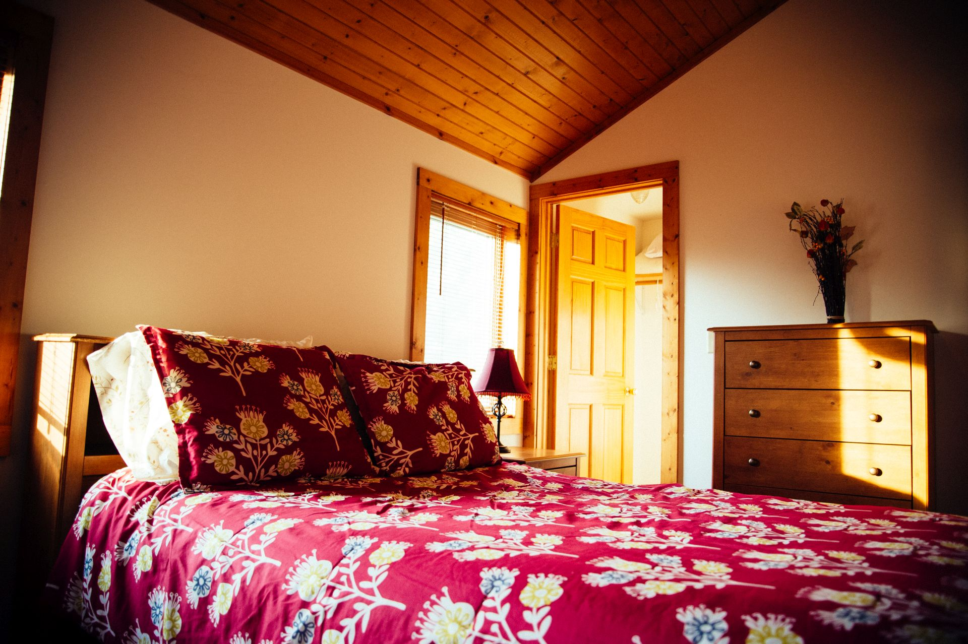 The bedroom with the king size bed from Zen Getaway Cabin